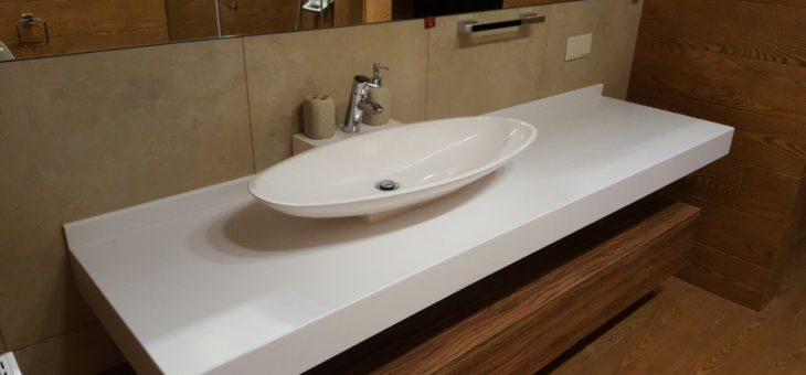 Встроенная столешница в ванной комнате